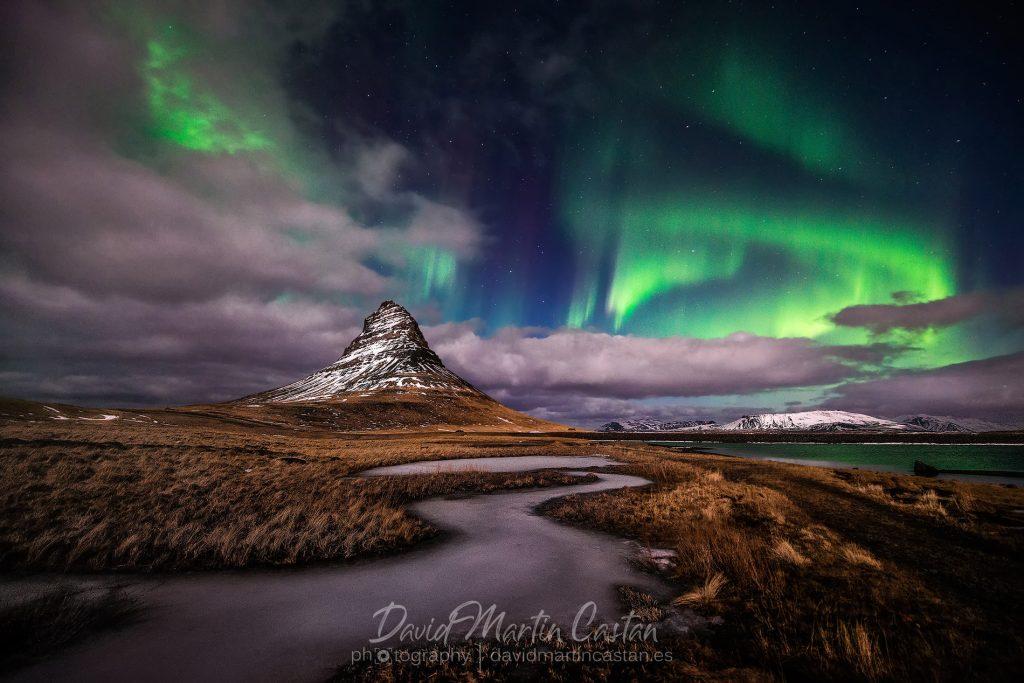 Aurora boreal en Kirkjufell, Islandia